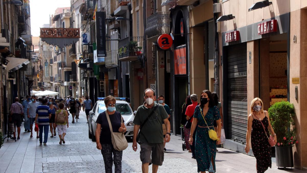 gente-paseando-con-mascarilla-por-la-calle-en-reus-tarragona.jpeg