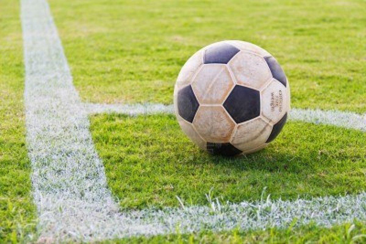 10628252-futbol-antiguo-en-la-esquina-de-la-cancha-de-futbol-de-cesped-real-listo-para-jugar.jpg