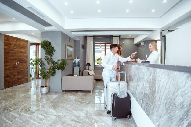 pareja-cerca-recepcion-hotel_93675-24008.jpg